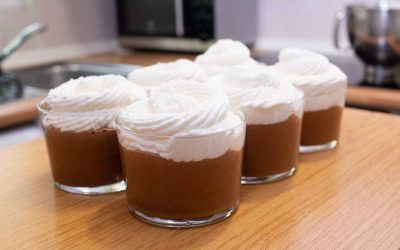 Vasitos de espuma de chocolate y nata montada